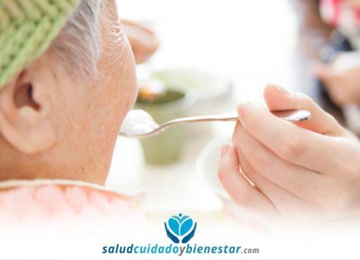 Cómo dar de comer a una persona dependiente