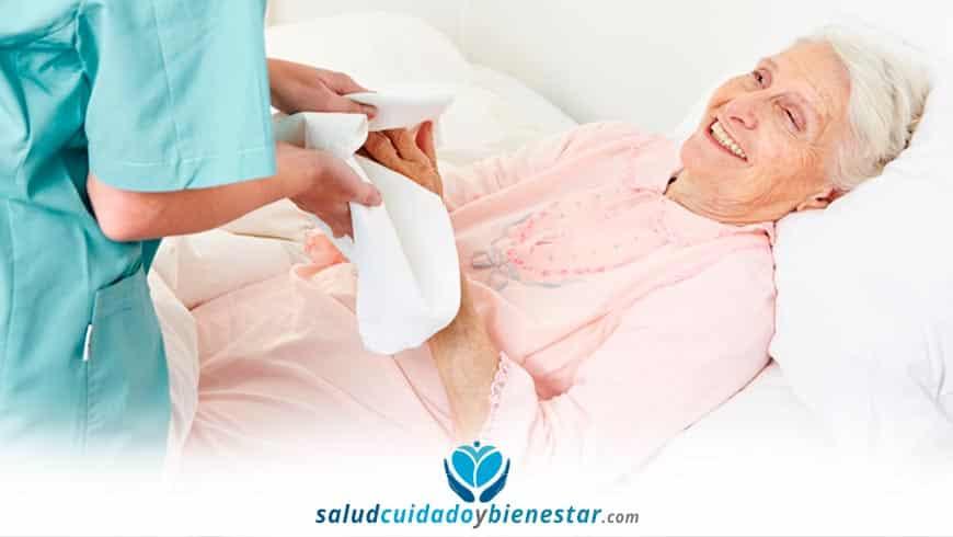 Cómo bañar a una persona mayor en la cama