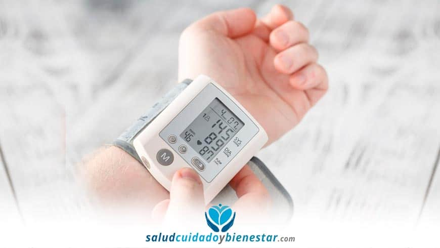 Cómo tomarte la tensión en casa con un tensiómetro - cual comprar: digital de brazo, muñeca, etc